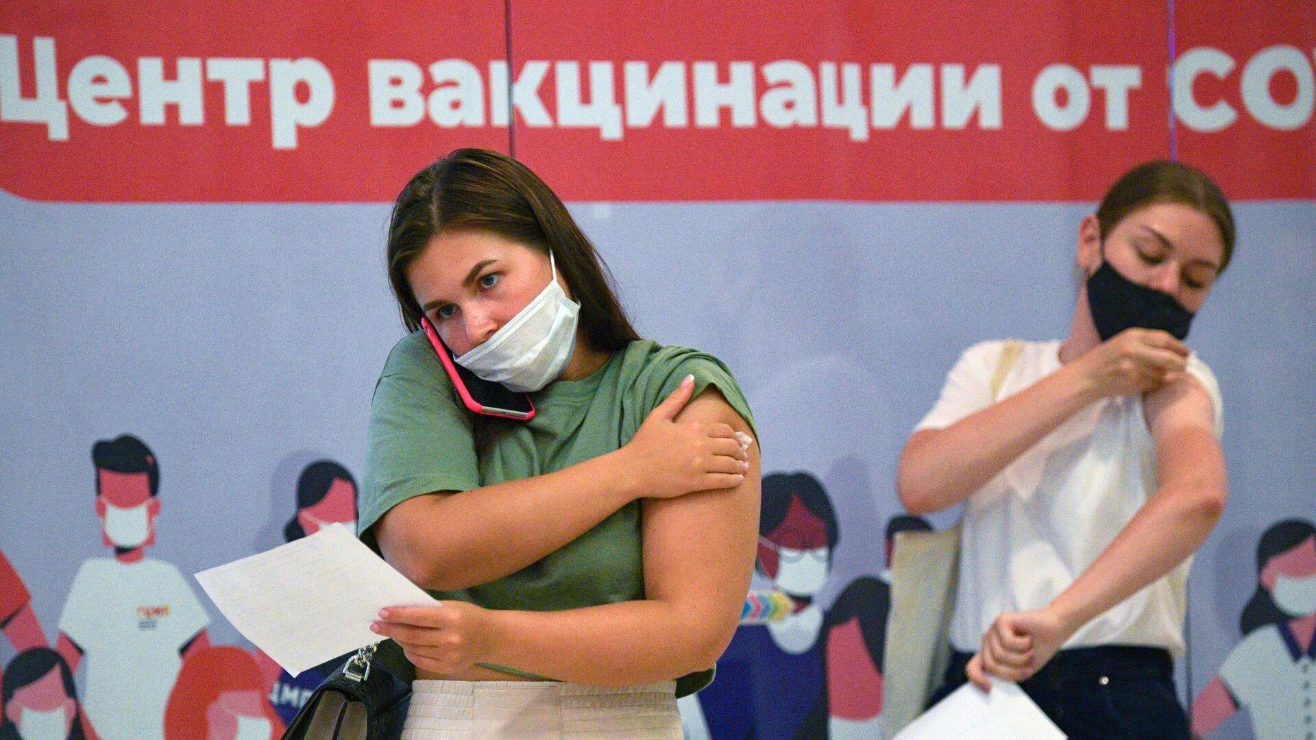 Девушки в пункте вакцинации от коронавируса в ТК Заневский каскад в Санкт-Петербурге - РИА Новости, 1920, 09.07.2021