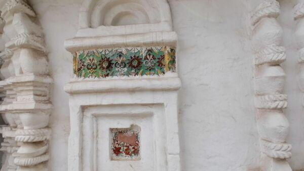 Суздаль. Изразцы на стене Ризоположенского собора