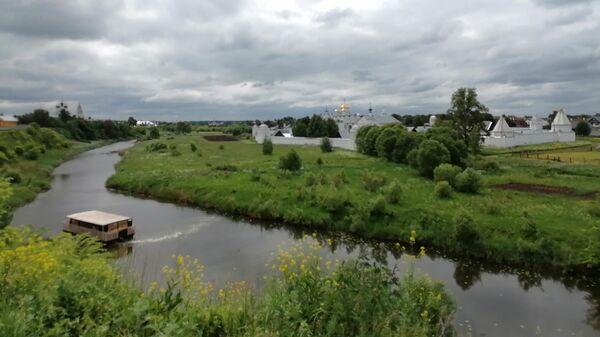 Суздаль. Вид на Покровский монастырь и речной трамвайчик на реке Каменка со смотровой площадки у Спасо-Ефимиева монастыря