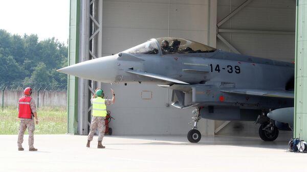Испанский истребитель Eurofighter Typhoon перед взлетом на авиабазе Шяуляй