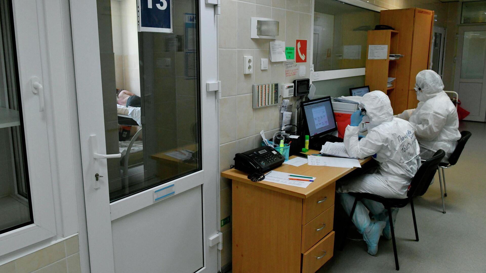 Медики дежурят у палаты в госпитале для лечения больных Covid-19 в Краснодаре - РИА Новости, 1920, 09.07.2021