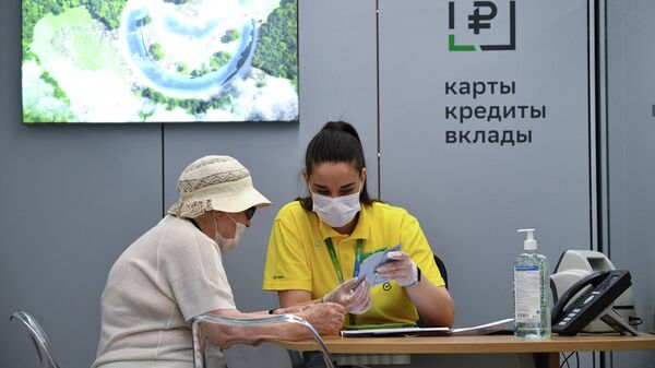 Сотрудница офиса Сбербанка нового формата, открывшегося на Красном проспекте в Новосибирске, во время работы с клиентом