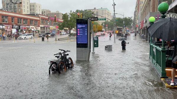 Затопленная в результате сильных дождей улица в Нью-Йорке