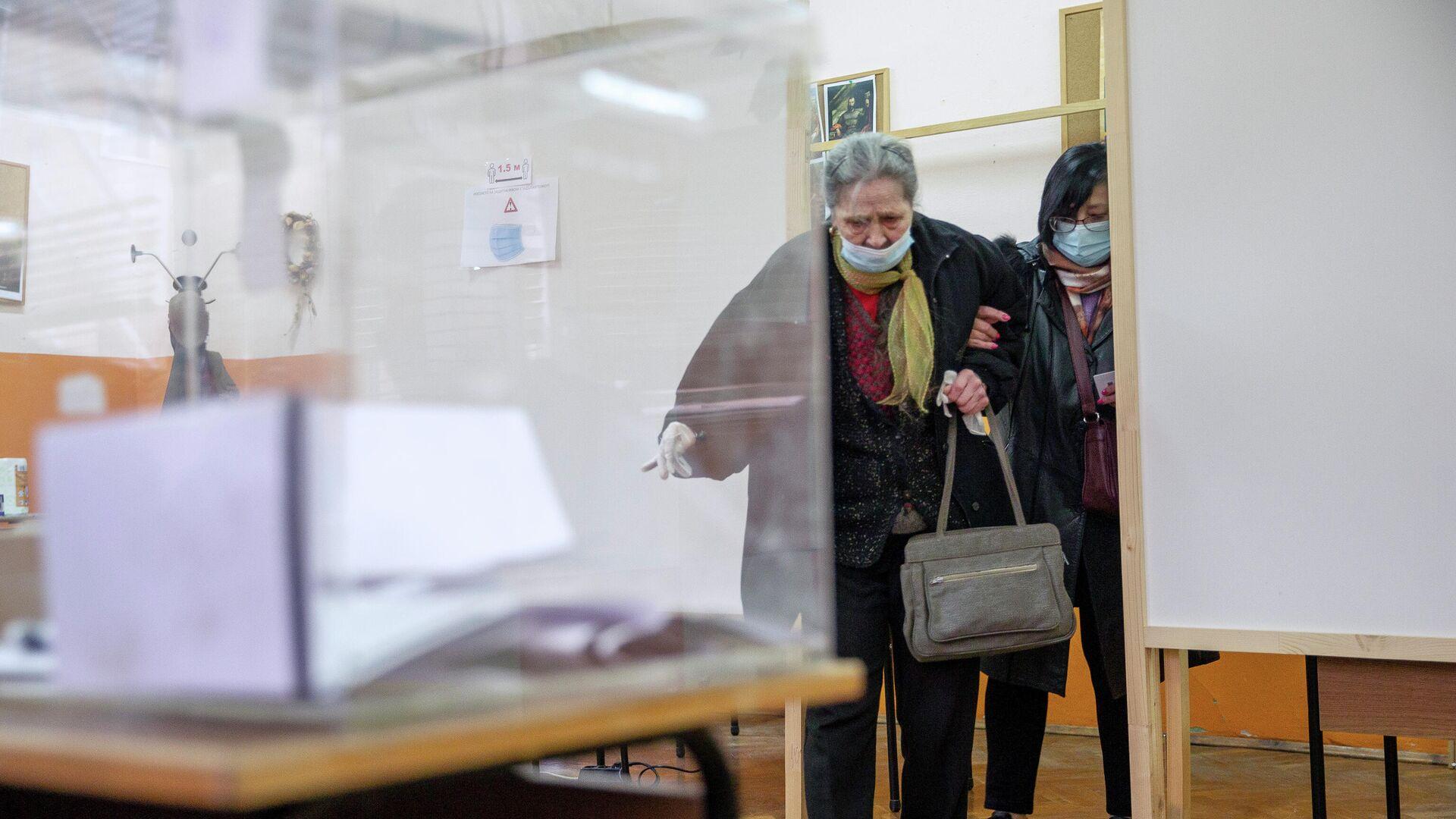 Женщина на избирательном участке в городе Банкя во время парламентских выборов в Болгарии - РИА Новости, 1920, 30.07.2021
