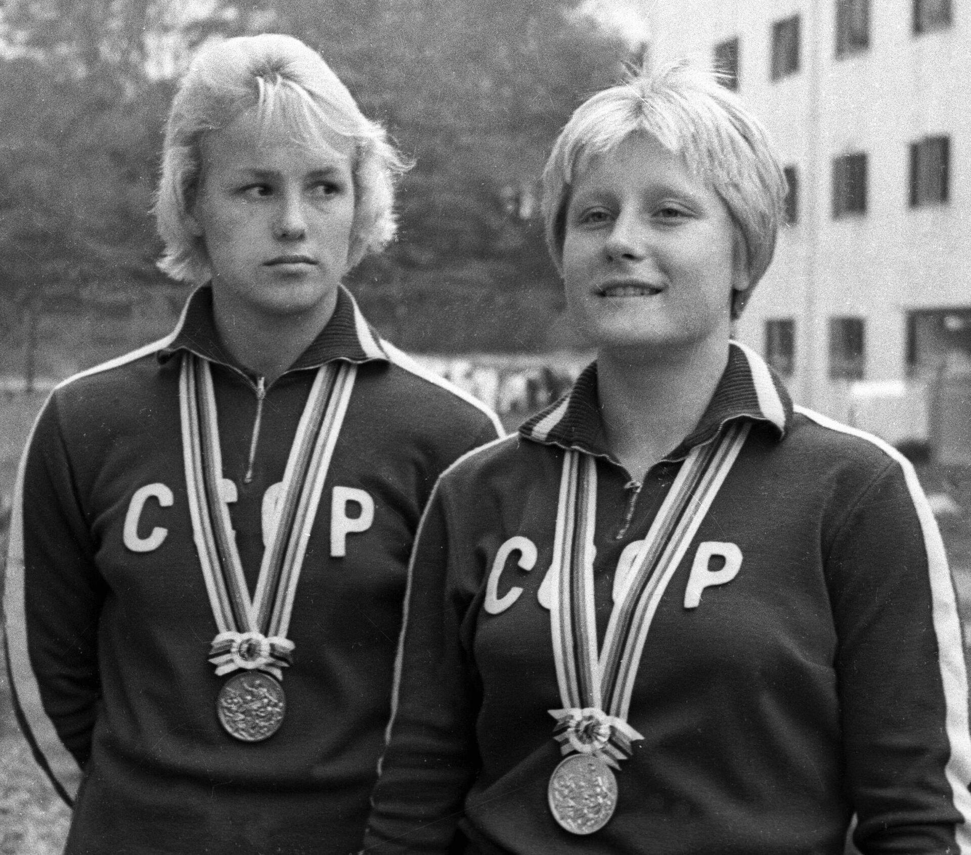 Пловчиха Галина Прозуменщикова (справа) после вручения медали за победу на Олимпиаде в Токио - РИА Новости, 1920, 11.07.2021