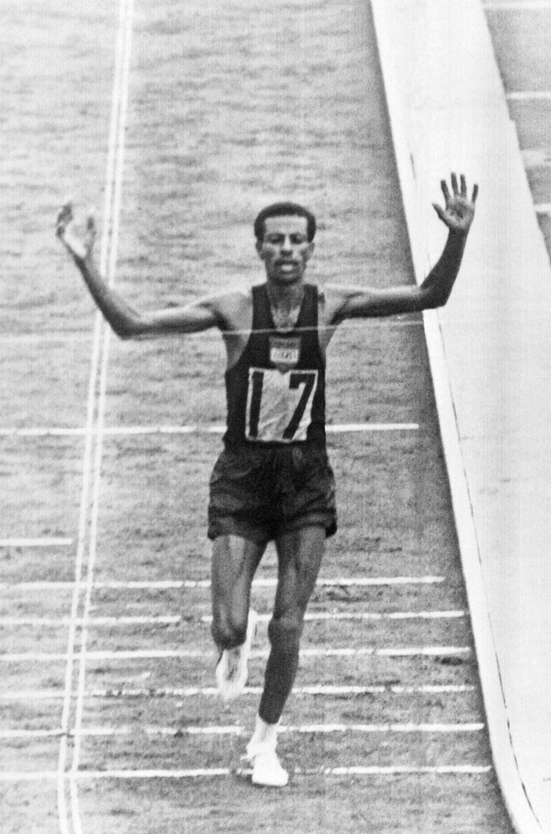 Абебе Бикила на финише марафона на Олимпийских играх 1964 года - РИА Новости, 1920, 12.07.2021