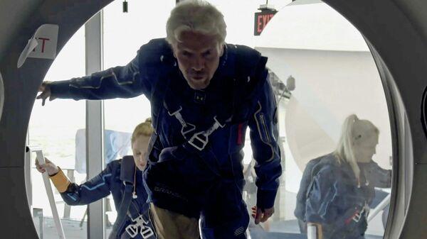 Ричард Брэнсон и члены экипажа поднимаются на борт космического корабля компании Virgin Galactic