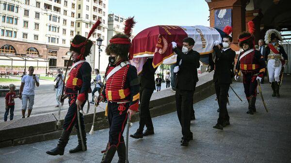 Члены исторического клуба и родственники несут гроб французского генерала Шарля Этьена Гудена во время церемонии передачи останков его тела из России во Францию