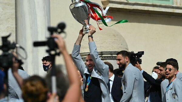 Футболисты сборной Италии с кубком