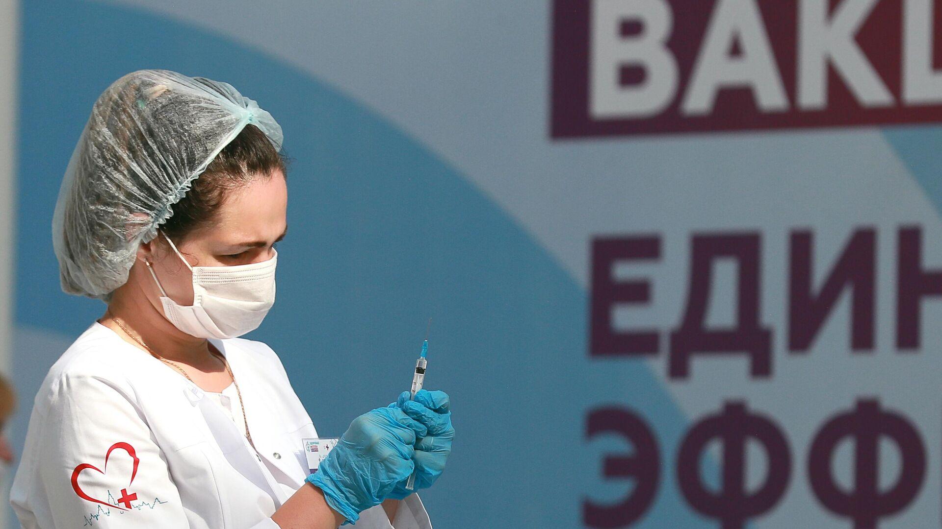 Медицинский работник держит в руках шприц с вакциной Гам-Ковид-Вак (Спутник V)  - РИА Новости, 1920, 14.07.2021
