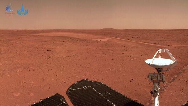 Ландшафт Марса, снятый китайским марсоходом Чжужун
