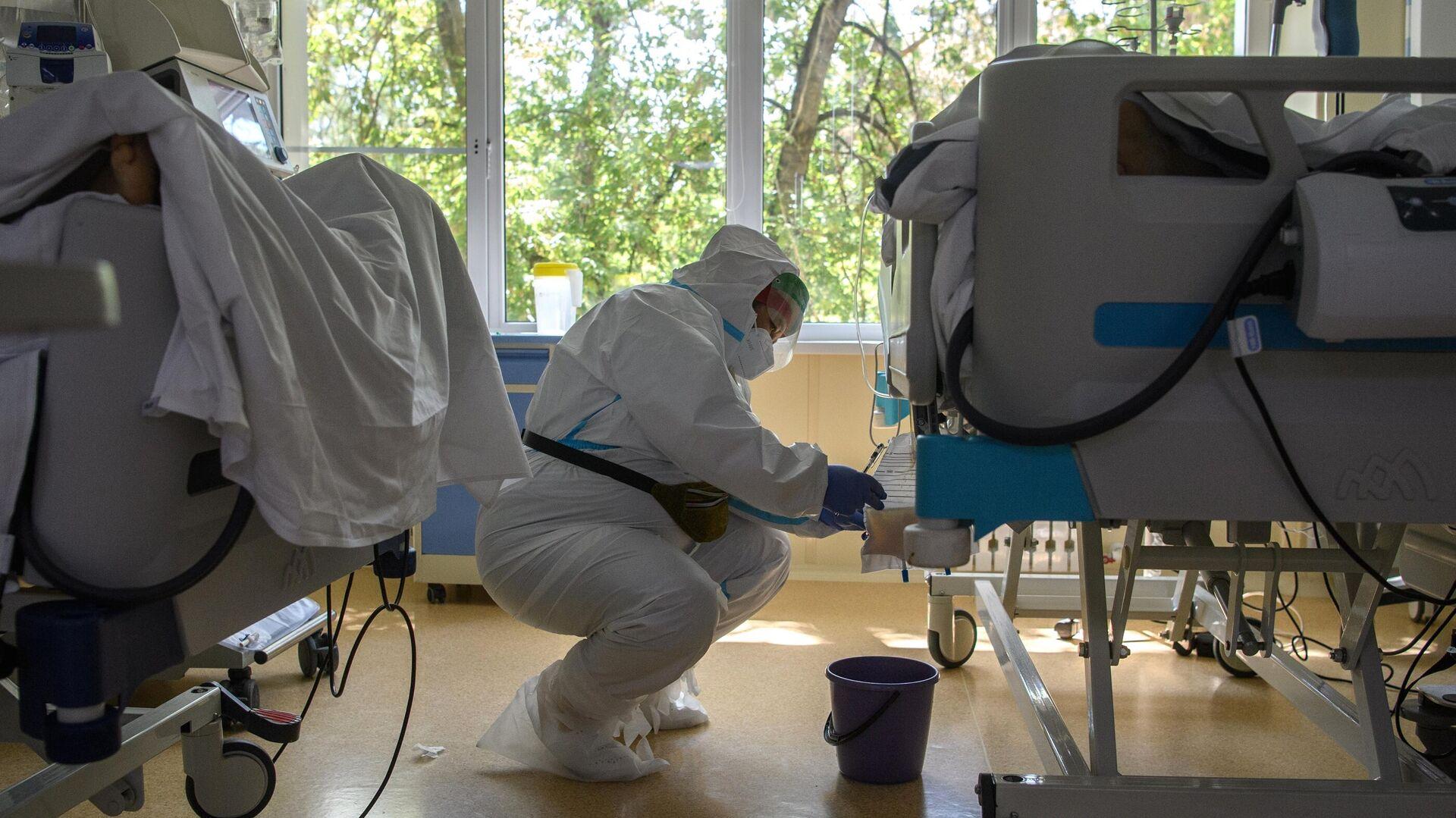 Медицинский работник в отделении реанимации и интенсивной терапии в госпитале COVID-19 - РИА Новости, 1920, 22.07.2021