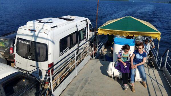 Туристы переправляются через Телецкое озеро в Республике Алтай
