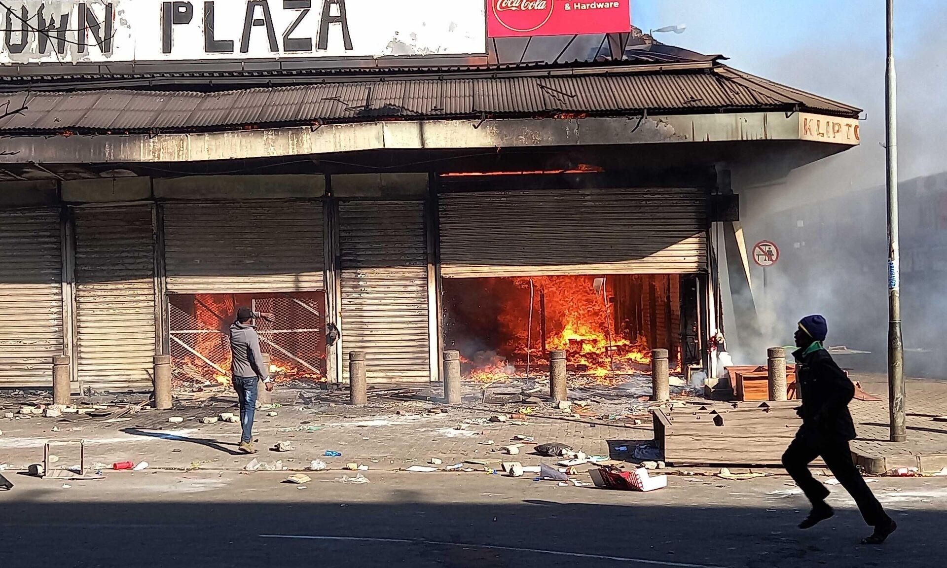 Последствия беспорядков на улице Йоханнесбурга - РИА Новости, 1920, 16.07.2021