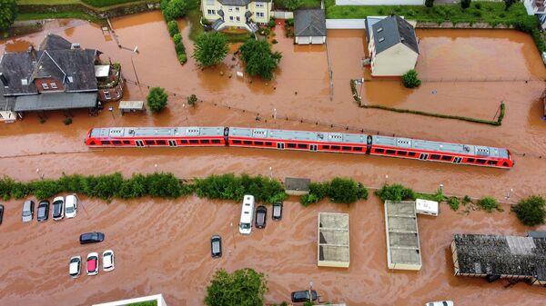 Региональный поезд, стоящий на вокзале города Кордел, затопленный водой реки Килль в западной Германии