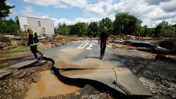 Разрушенная от наводнения дорога в Бад-Нойенар-Арвайлере, Германия