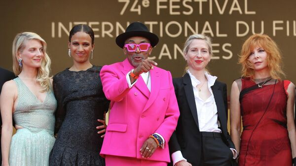 Спайк Ли, Мелани Лоран, Мати Диоп, Джессика Хауснер и Милен Фармер на церемонии открытия Каннского кинофестиваля