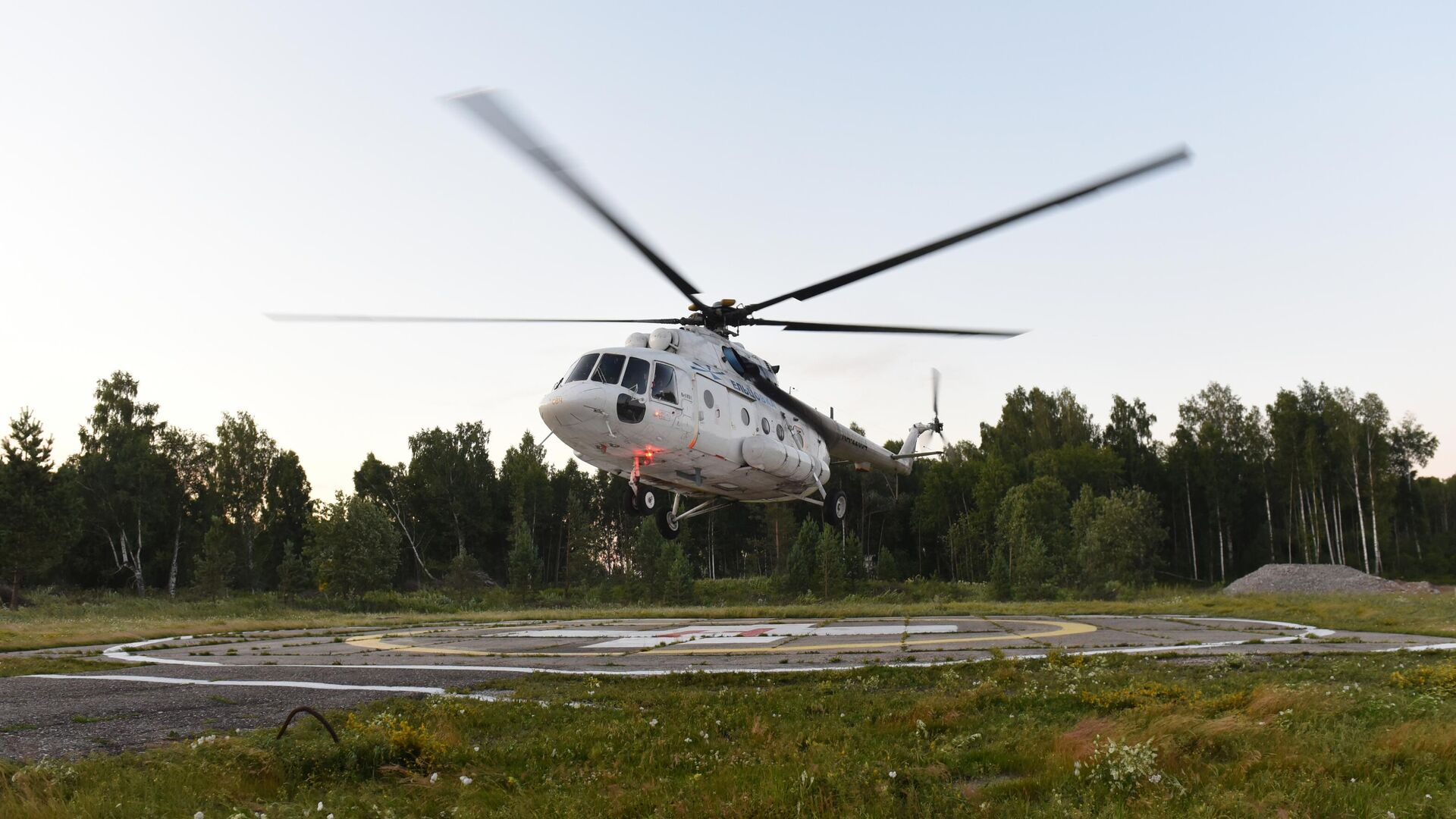 Вертолет с пассажирами на борту, эвакуированных в Томск с места жесткой посадки самолета Ан-28 Сибирской легкой авиации в Томской области - РИА Новости, 1920, 17.07.2021
