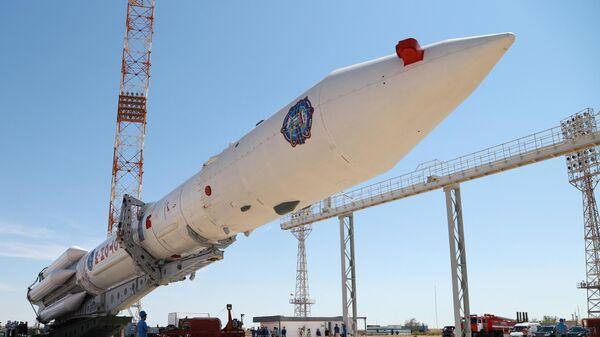 Установка в вертикальное положение ракеты-носителя Протон-М с многофункциональным лабораторным модулем Наука для российского сегмента МКС на стартовом комплексе космодрома Байконур