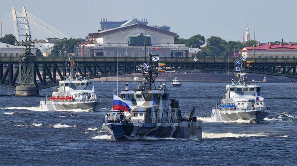 Противодиверсионный катер Нахимовец проекта 21980 Грачонок на репетиции парада в честь Дня ВМФ в Санкт-Петербурге