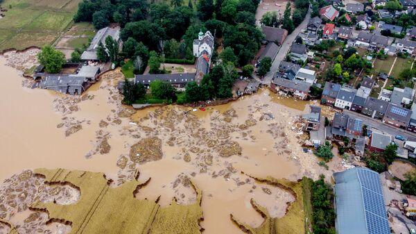 Поврежденный замок (слева) в Эрфтштадт-Блессем, Германия