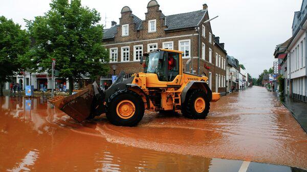Улицы затоплены после проливных дождей в Эрфтштадте, Германия
