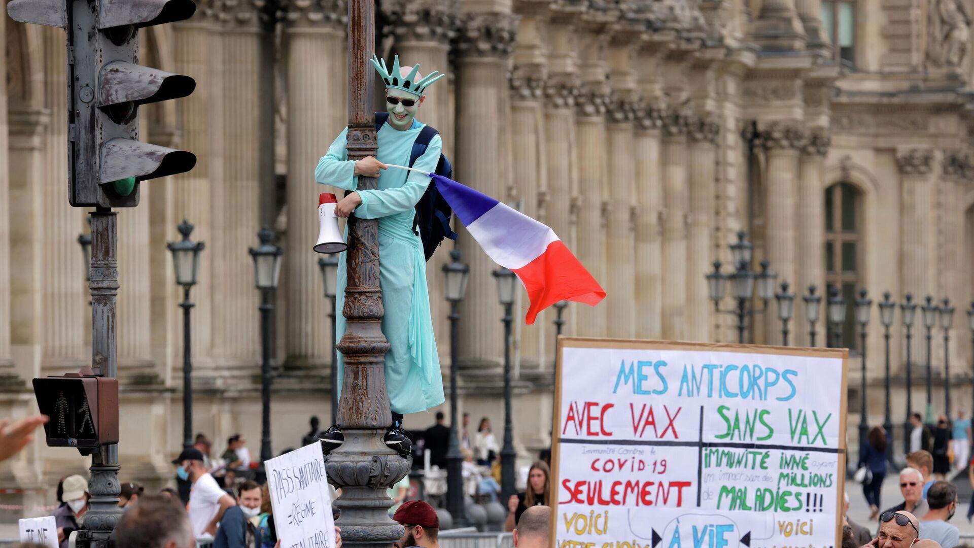 Участники акции протеста против санитарных пропусков в Париже - РИА Новости, 1920, 20.07.2021