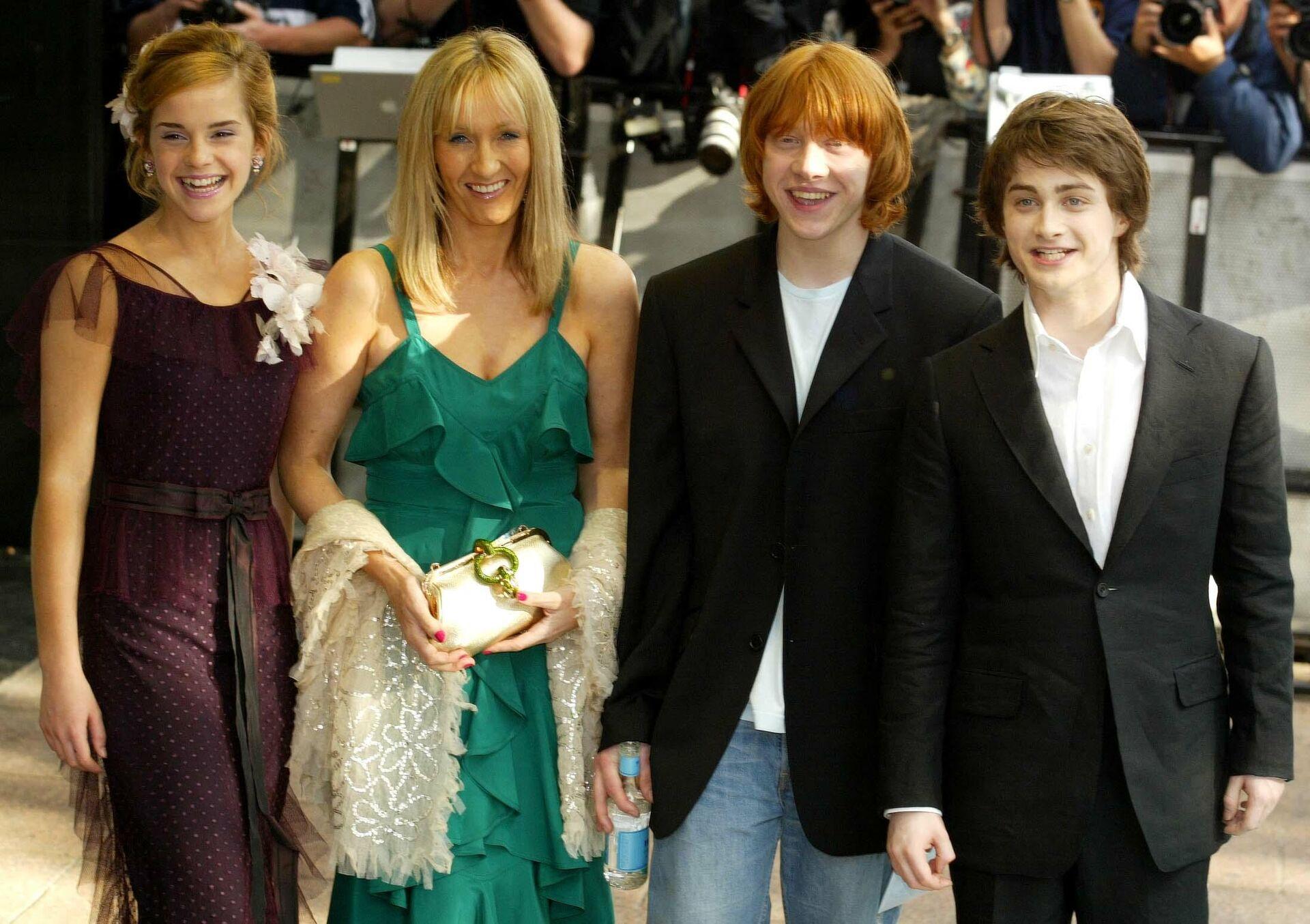 Писательница Джоан Роулинг с актерами фильма о Гарри Поттере на презентации фильма в Лондоне - РИА Новости, 1920, 20.07.2021