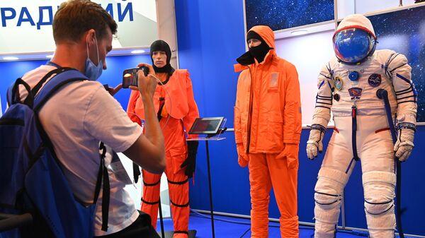 Прототип перспективного аварийно-спасательного скафандра Сокол-М на Международном авиационно-космическом салоне МАКС-2021