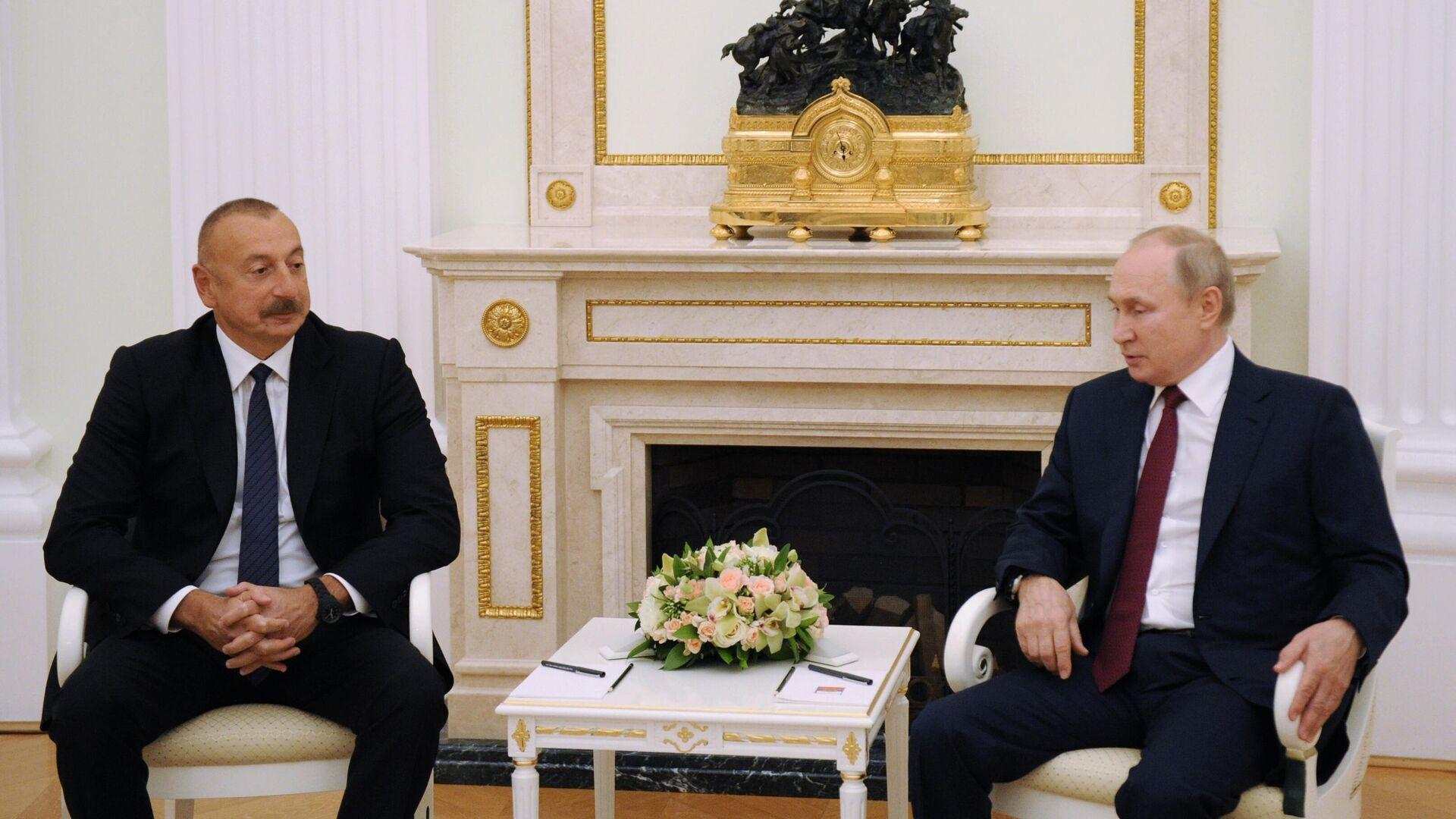 Президент РФ Владимир Путин и президент Азербайджана Ильхам Алиев (слева) во время встречи в Москве - РИА Новости, 1920, 20.07.2021