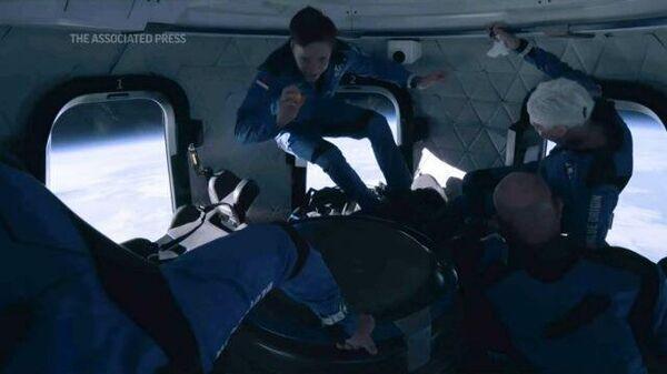 Кадры изнутри капсулы во время полета команды Джеффа Безоса