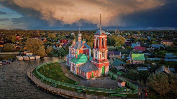 Вид на набережную и церковь Сорока мучеников в Переславле-Залесском