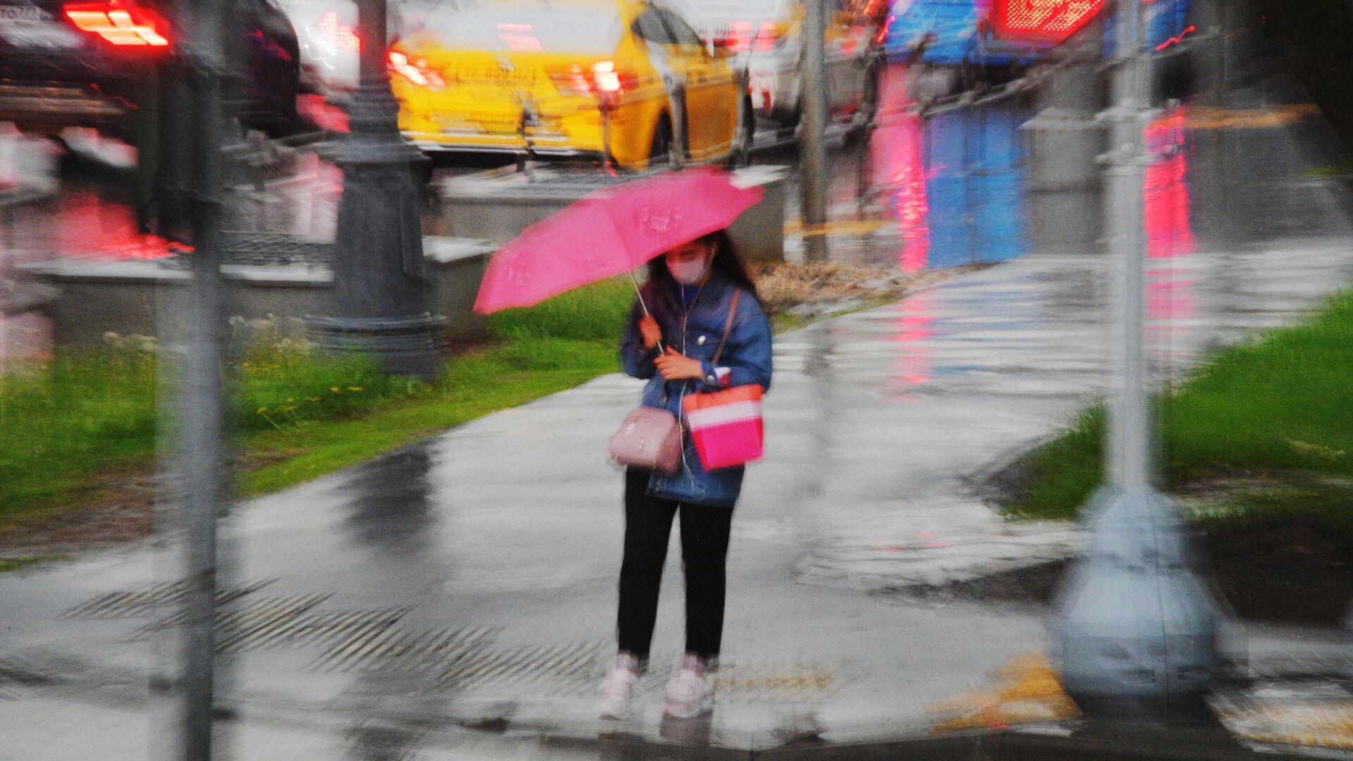 Девушка под зонтом у пешеходного перехода во время дождя - РИА Новости, 1920, 21.07.2021