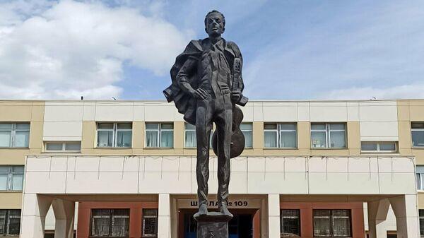 Памятник Булату Окуджаве в московском районе Теплый Стан