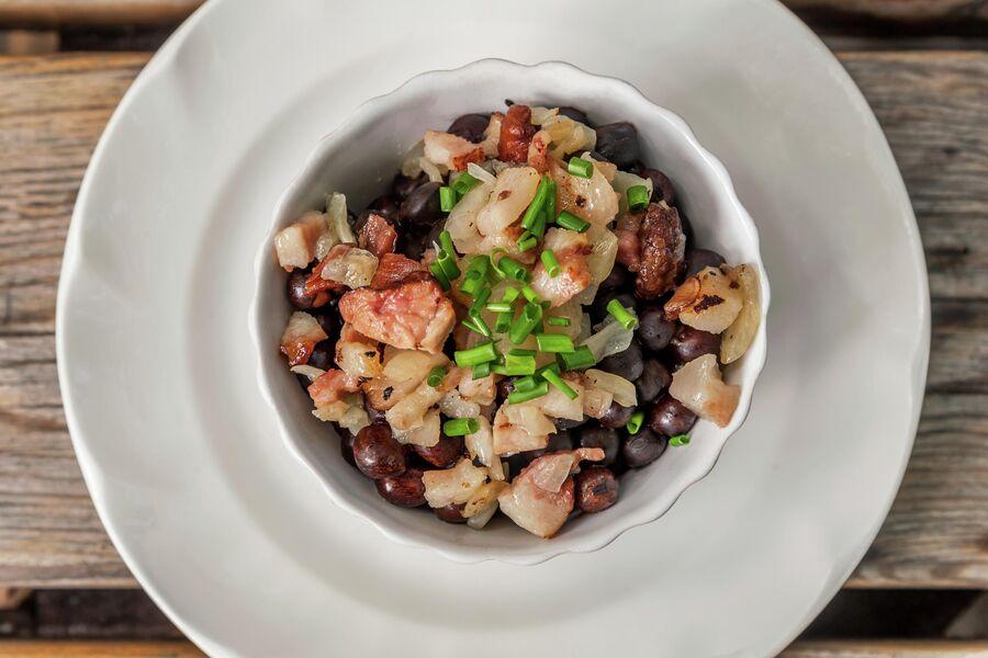 Традиционное блюдо Латвии, серый горох с копчёным мясом