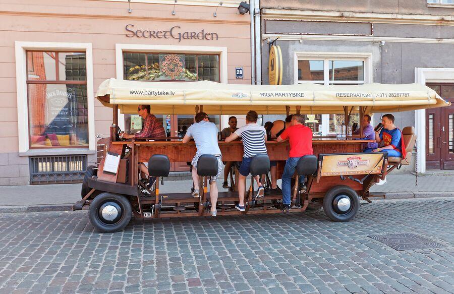 Partybus Beer Bike с барменами на улице Риги