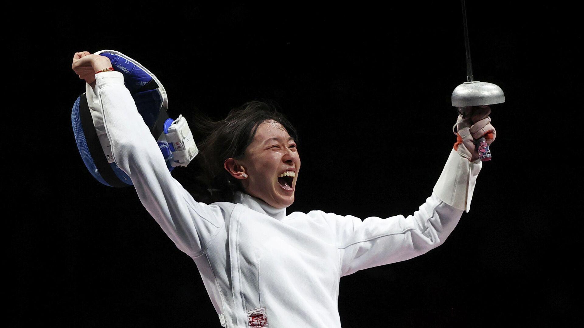 Китайская шпажистка Сунь Ивэнь празднует победу на Олимпийских играх. - РИА Новости, 1920, 24.07.2021
