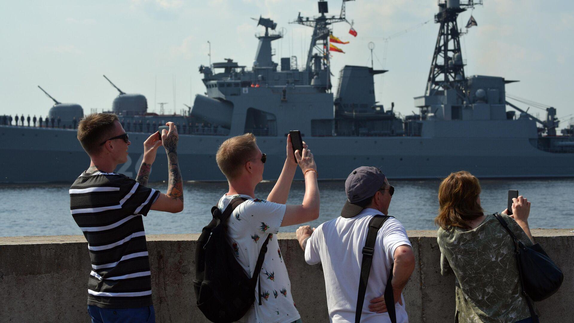 Люди на набережной наблюдают за подготовкой кораблей ВМФ РФ к параду в Кронштадте - РИА Новости, 1920, 25.07.2021