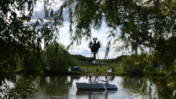 Спектакль в лодке для одного зрителя Л.Л.Л. Габбилена Галичева на фестивале Архстояние в арт-парке Никола-Ленивец в Калужской области.