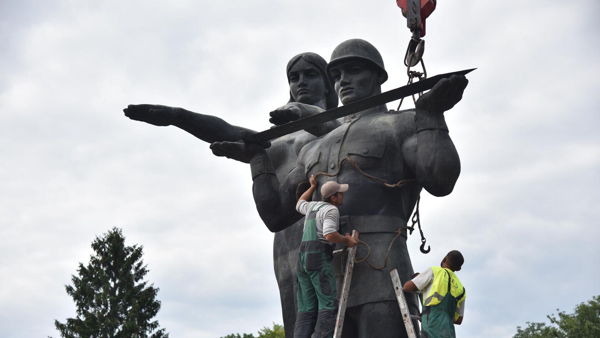 Во время демонтажа последних фигур открытого в 1970 году Монумента славы Советской армии во Львове - РИА Новости, 1920, 27.07.2021