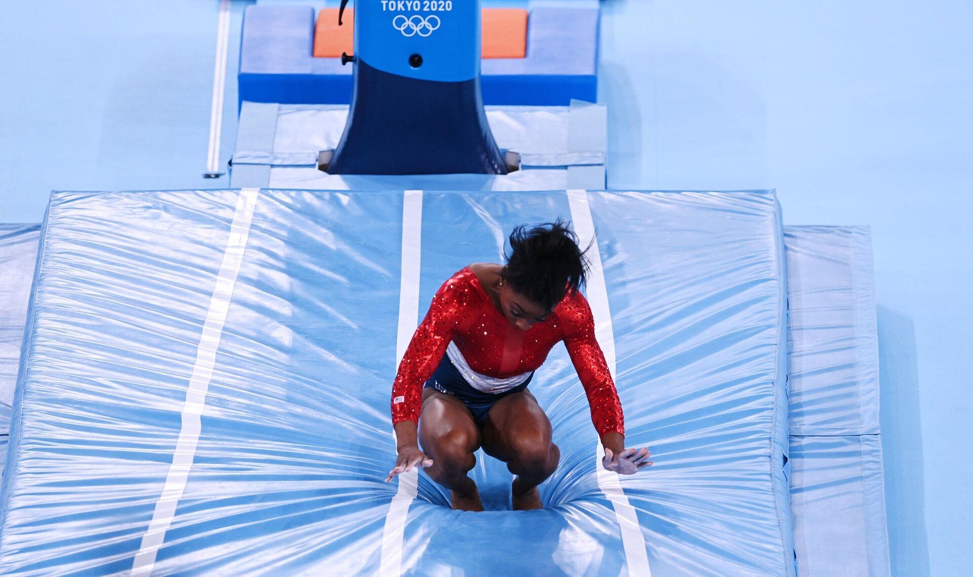 Симона Байлз (США) выполняет опорный прыжок в командном многоборье среди женщин на соревнованиях по спортивной гимнастике на XXXII летних Олимпийских играх в Токио. - РИА Новости, 1920, 28.07.2021