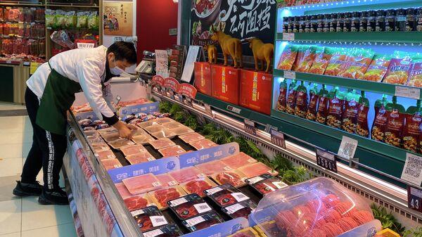 Прилавок с мясом в супермаркете в Пекине