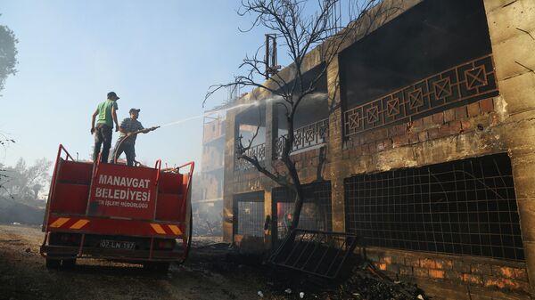 Турецкие пожарные во время ликвидации последствий лесного пожара в Анталье