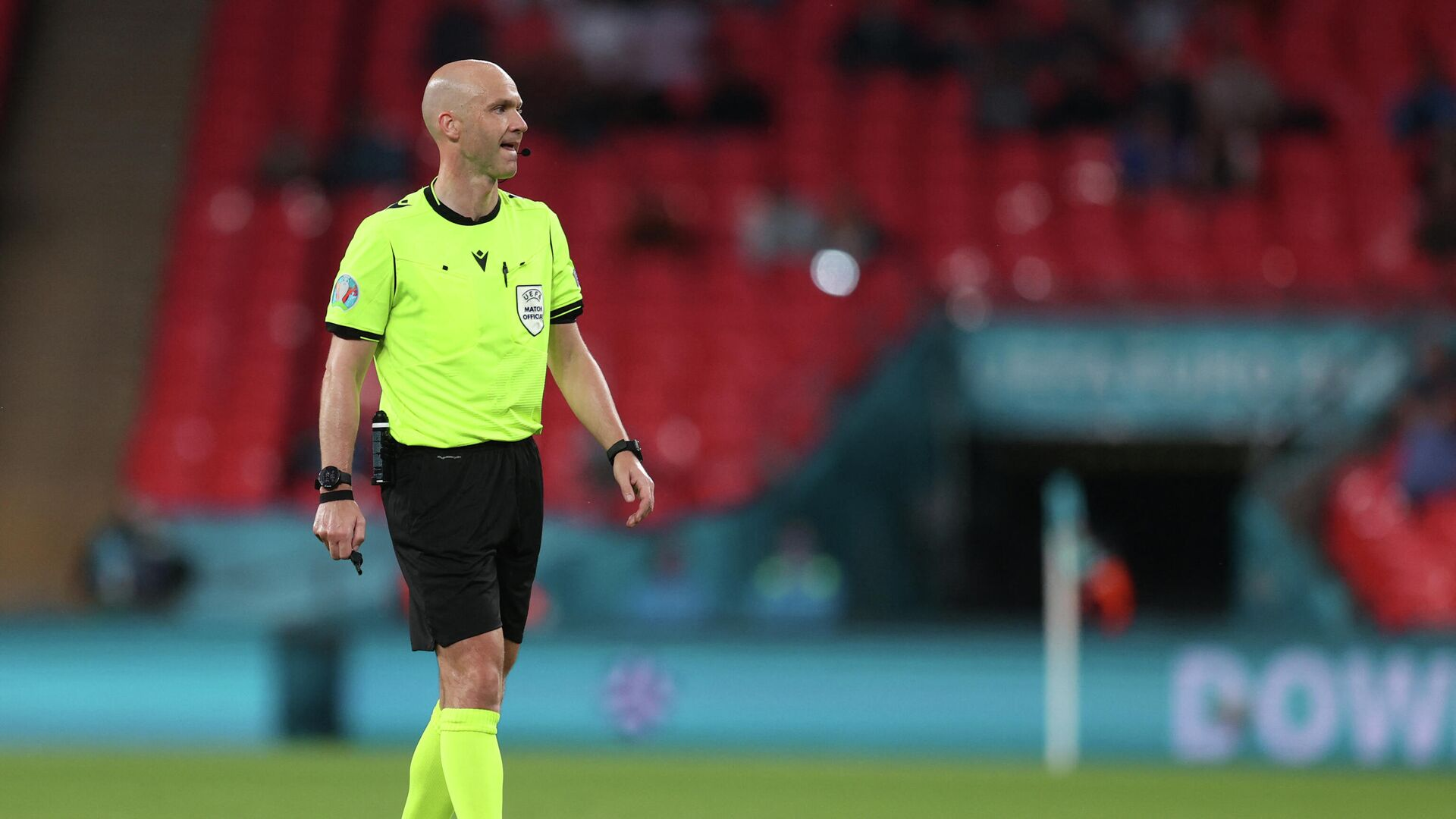English referee Anthony Taylor speaks to the players during the UEFA EURO 2020 round of 16 football match between Italy and Austria at Wembley Stadium in London on June 26, 2021. (Photo by Catherine Ivill / POOL / AFP) - РИА Новости, 1920, 03.08.2021