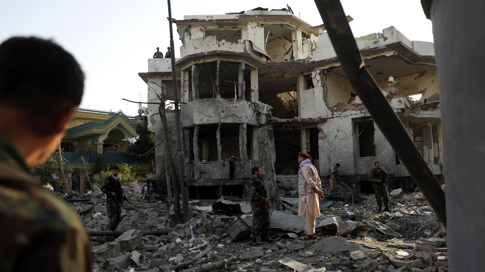 Сотрудники службы безопасности Афганистана осматривают здание, поврежденное после подрыва автомобиля в Кабуле - РИА Новости, 1920, 04.08.2021