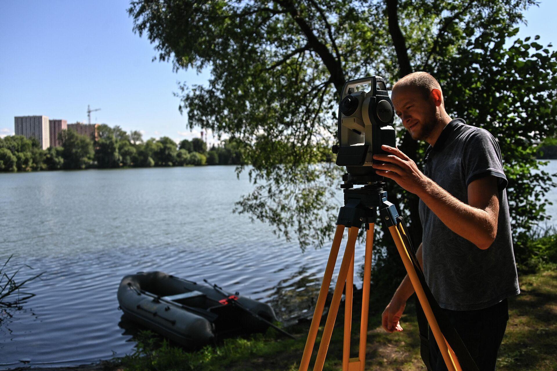 Сотрудник Мосэкомониторинга проводит исследования на Косинских озерах в Москве - РИА Новости, 1920, 04.08.2021
