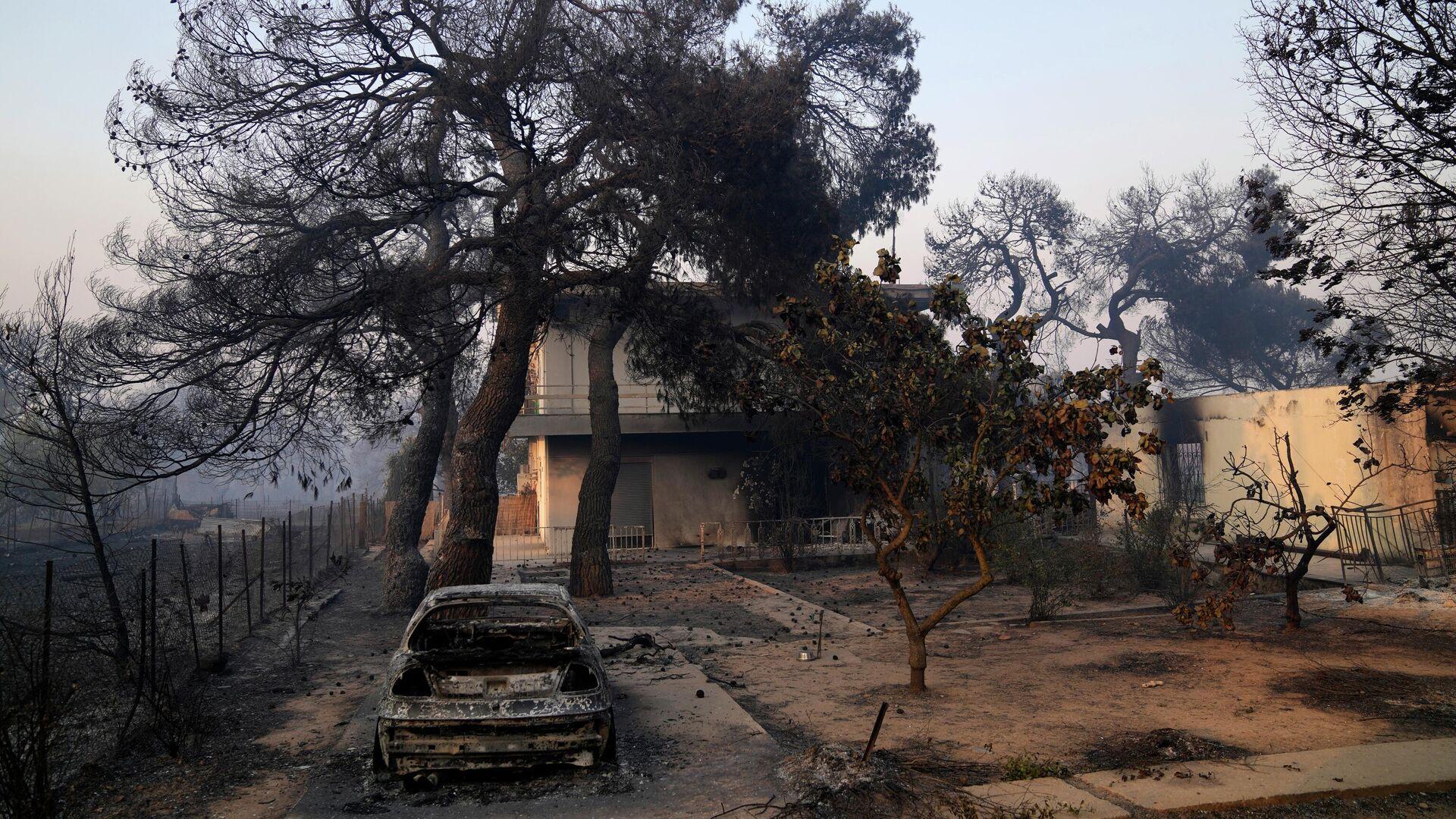 Дом, пострадавший в результате лесного пожара в районе Варибоби, Греция - РИА Новости, 1920, 09.08.2021