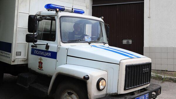 Спецавтомобиль на территории изолятора временного содержания в подмосковной Истре, откуда сбежали пятеро заключенных