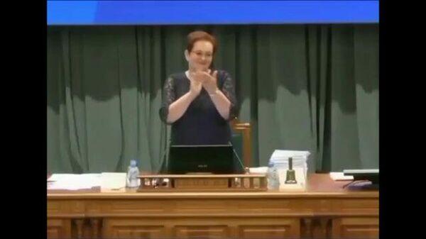 Не задалось: неполадки и ошибки при исполнении гимна в томской облдуме