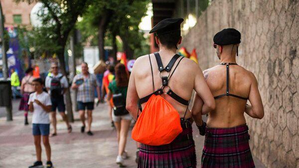 Участники ЛГБТ-парада на одной из улиц Мадрида